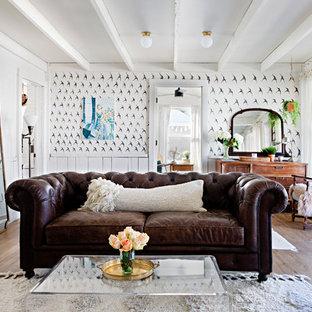 Foto di un soggiorno shabby-chic style chiuso con pareti multicolore, parquet scuro e nessun camino