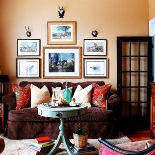Exemple d'un salon nature fermé avec une salle de réception et un mur orange.