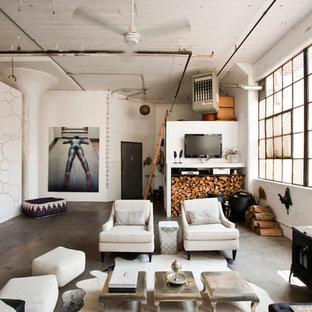 Ispirazione per un ampio soggiorno industriale aperto con pareti bianche e stufa a legna