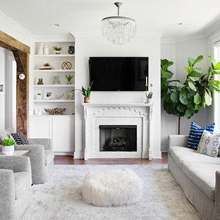 Imagen de salón para visitas abierto, de estilo de casa de campo, con paredes blancas, suelo de madera oscura, chimenea tradicional, televisor colgado en la pared y suelo marrón