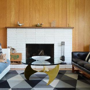 Idées déco pour un salon rétro avec une cheminée standard et un manteau de cheminée en brique.
