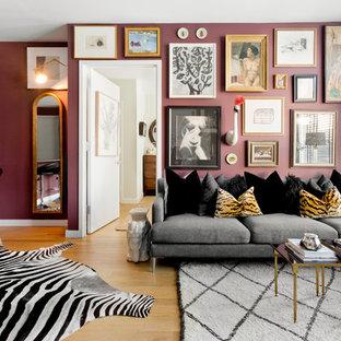 Exempel på ett eklektiskt allrum med öppen planlösning, med lila väggar och ljust trägolv