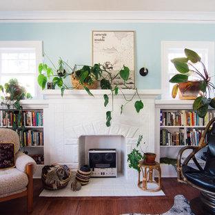Mittelgroße, Fernseherlose Stilmix Bibliothek mit blauer Wandfarbe und braunem Holzboden in Portland