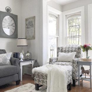 Modelo de salón romántico, de tamaño medio, sin televisor, con suelo de madera en tonos medios