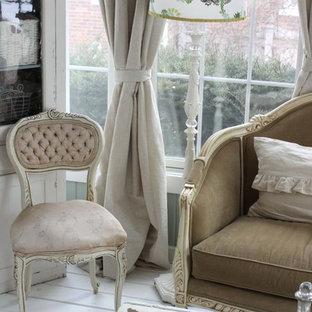 Idee per un soggiorno shabby-chic style con pavimento bianco
