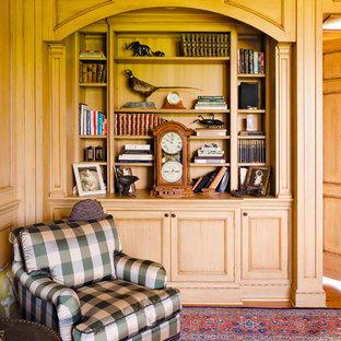 リッチモンドの中サイズのトラディショナルスタイルのおしゃれな独立型リビング (フォーマル、茶色い壁、カーペット敷き、テレビなし、標準型暖炉、石材の暖炉まわり、茶色い床) の写真