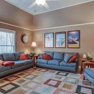 ナッシュビルの中サイズのトラディショナルスタイルのおしゃれなLDK (茶色い壁、暖炉なし、ベージュの床) の写真