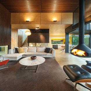 Exemple d'un salon tendance ouvert avec un sol en bois clair et cheminée suspendue.