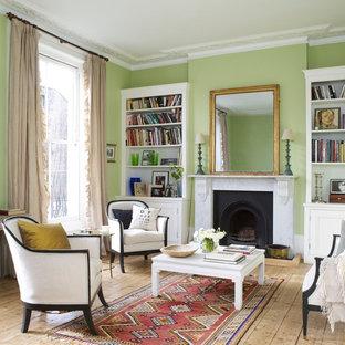 ニューヨークの中くらいのトラディショナルスタイルのおしゃれなリビング (フォーマル、緑の壁、淡色無垢フローリング、標準型暖炉、石材の暖炉まわり、テレビなし) の写真