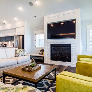 他の地域の中サイズのトランジショナルスタイルのおしゃれなLDK (フォーマル、グレーの壁、濃色無垢フローリング、暖炉なし、壁掛け型テレビ、茶色い床) の写真