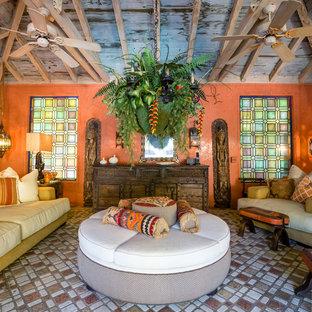 Ispirazione per un grande soggiorno mediterraneo con pavimento in terracotta, pareti arancioni e pavimento multicolore