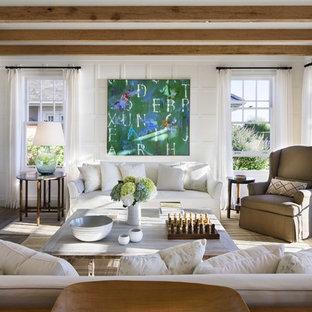 Idee per un soggiorno costiero chiuso e di medie dimensioni con sala formale, pareti bianche, camino classico, cornice del camino in cemento e parquet scuro