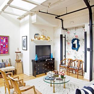 Idéer för ett eklektiskt vardagsrum, med vita väggar, ljust trägolv och en fristående TV