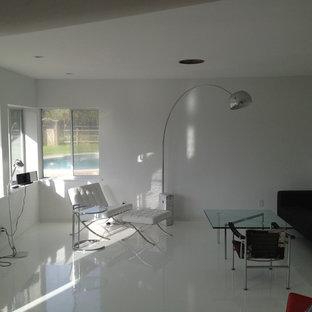 Неиссякаемый источник вдохновения для домашнего уюта: открытая гостиная комната в стиле модернизм с белыми стенами и белым полом