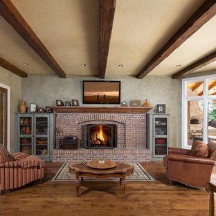シカゴの広いトラディショナルスタイルのおしゃれな独立型リビング (無垢フローリング、標準型暖炉、レンガの暖炉まわり、フォーマル、グレーの壁、壁掛け型テレビ) の写真