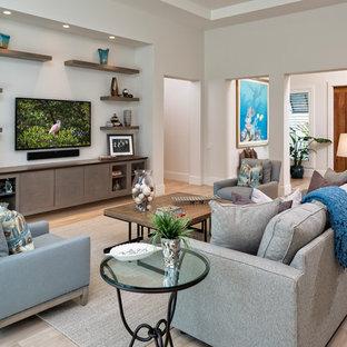 Großes, Offenes Maritimes Wohnzimmer mit weißer Wandfarbe, hellem Holzboden und Wand-TV in Miami