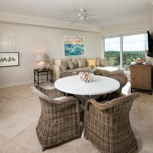 Ispirazione per un soggiorno stile marino di medie dimensioni e aperto con pavimento in travertino, pareti beige e TV a parete