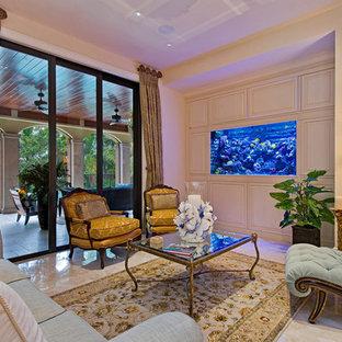 Klassisches Wohnzimmer mit beiger Wandfarbe in Miami