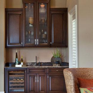 Idee per un grande soggiorno tradizionale aperto con angolo bar, pareti beige e pavimento in travertino