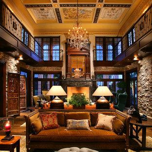 マイアミの中サイズのトラディショナルスタイルのおしゃれなLDK (無垢フローリング、ベージュの壁、フォーマル、暖炉なし、テレビなし、ベージュの床) の写真