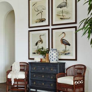 Immagine di un ampio soggiorno tropicale aperto con pareti bianche, pavimento in legno massello medio e nessuna TV