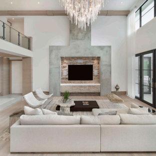 Ejemplo de salón abierto, tradicional renovado, grande, sin chimenea, con paredes amarillas, suelo de madera clara, televisor colgado en la pared y suelo beige