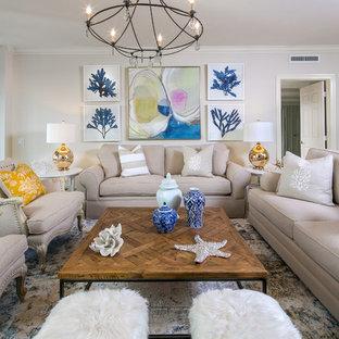 Idee per un grande soggiorno stile marino aperto con pareti beige, pavimento in travertino e TV a parete