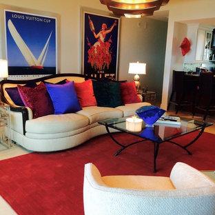 Mittelgroßes, Repräsentatives, Fernseherloses, Offenes Modernes Wohnzimmer ohne Kamin mit weißer Wandfarbe, Porzellan-Bodenfliesen und weißem Boden in Miami