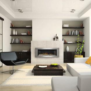 Imagen de salón para visitas cerrado, minimalista, grande, sin televisor, con paredes blancas, suelo de madera clara, chimenea lineal, marco de chimenea de metal y suelo beige