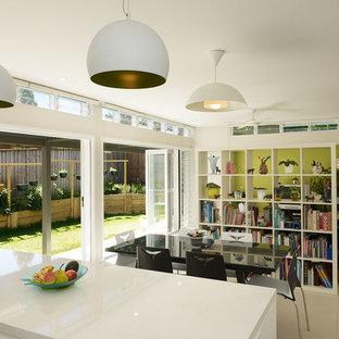 Ispirazione per un grande soggiorno contemporaneo aperto con libreria, pareti bianche, pavimento con piastrelle in ceramica, nessun camino, TV autoportante e pavimento bianco