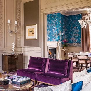 Großes, Repräsentatives, Fernseherloses, Offenes Wohnzimmer mit brauner Wandfarbe, Teppichboden, Kamin, Kaminsims aus Stein und lila Boden in London