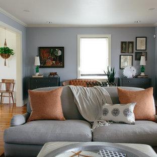 ニューオリンズのエクレクティックスタイルのおしゃれな独立型リビング (青い壁、無垢フローリング、フォーマル) の写真