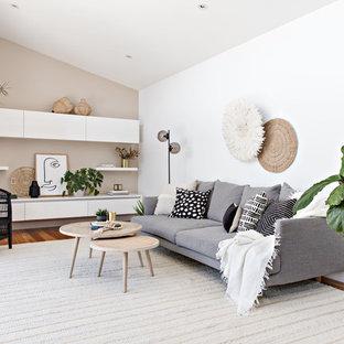 シドニーの中サイズのビーチスタイルのおしゃれなLDK (暖炉なし、白い壁、無垢フローリング、茶色い床) の写真