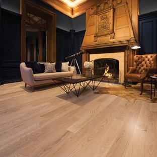 Immagine di un ampio soggiorno vittoriano aperto con parquet chiaro, stufa a legna, cornice del camino in legno e pavimento beige