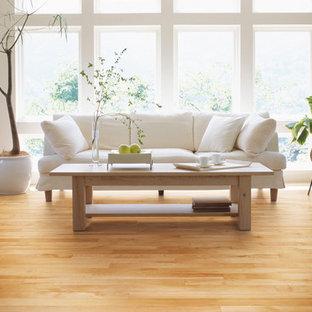 モントリオールの中サイズのコンテンポラリースタイルのおしゃれなLDK (フォーマル、白い壁、淡色無垢フローリング、暖炉なし、テレビなし、ベージュの床) の写真