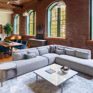 Exempel på ett mycket stort industriellt allrum med öppen planlösning, med vita väggar och ljust trägolv