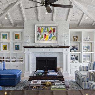 Repräsentatives, Mittelgroßes, Abgetrenntes Maritimes Wohnzimmer mit hellem Holzboden, Kamin und Kaminsims aus Backstein in Miami
