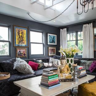 ロサンゼルスの中サイズのエクレクティックスタイルのリビング・居間の画像 (グレーの壁、フォーマル、テレビなし、独立型、標準型暖炉、木材の暖炉まわり)