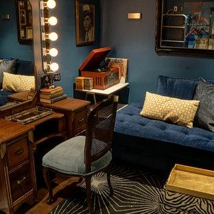 Immagine di un piccolo soggiorno boho chic con pareti blu, pavimento nero, pavimento in legno massello medio e nessun camino