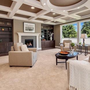 Modelo de salón para visitas abierto, de estilo americano, grande, sin televisor, con paredes marrones, suelo de madera oscura, chimenea tradicional, marco de chimenea de baldosas y/o azulejos y suelo marrón