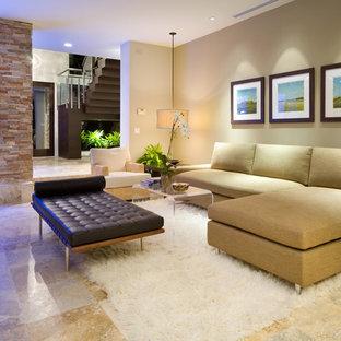 Foto de salón minimalista con paredes beige y suelo de mármol