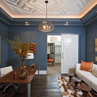 オースティンの中くらいのトランジショナルスタイルのおしゃれな独立型リビング (青い壁、濃色無垢フローリング、暖炉なし、テレビなし、茶色い床) の写真