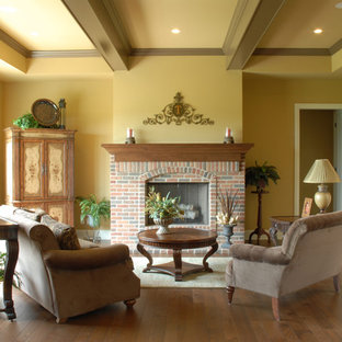 グランドラピッズのトラディショナルスタイルのおしゃれなリビングロフト (フォーマル、標準型暖炉、レンガの暖炉まわり) の写真