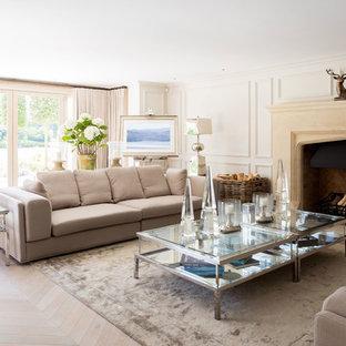 Inspiration för stora lantliga vardagsrum, med ett finrum, vita väggar, ljust trägolv, en standard öppen spis, en spiselkrans i sten och beiget golv