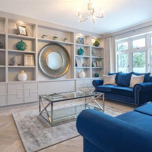 Esempio di un grande soggiorno design chiuso con sala formale, pareti beige, pavimento in legno massello medio, camino sospeso e parete attrezzata