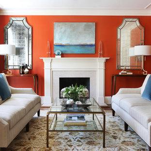 Foto på ett mellanstort vintage separat vardagsrum, med ett finrum, en standard öppen spis, röda väggar, heltäckningsmatta, en spiselkrans i sten och flerfärgat golv
