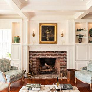 Idee per un soggiorno chic chiuso con sala formale, pareti bianche, pavimento in legno massello medio, camino classico e cornice del camino in mattoni