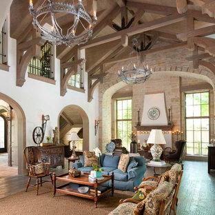Foto de salón abierto, mediterráneo, con paredes blancas y suelo de madera en tonos medios