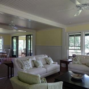 プロビデンスの中サイズのトランジショナルスタイルのおしゃれなLDK (黄色い壁、無垢フローリング、テレビなし) の写真