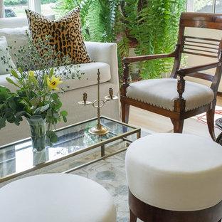 Foto di un soggiorno con parquet chiaro